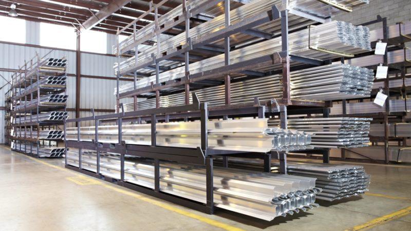 Преимущества металлических стеллажей для склада